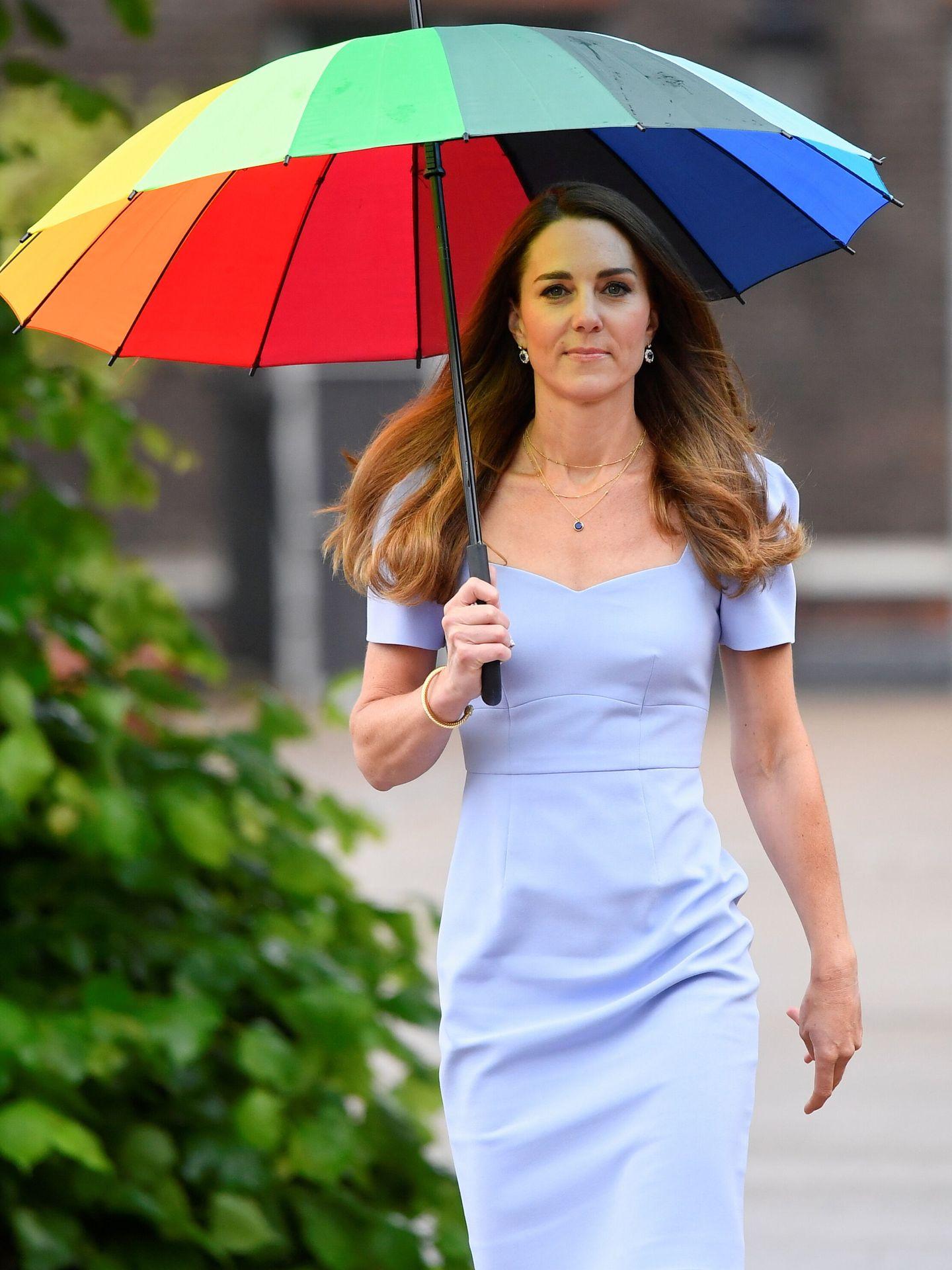La duquesa de Cambridge con paraguas arcoíris. (Reuters)