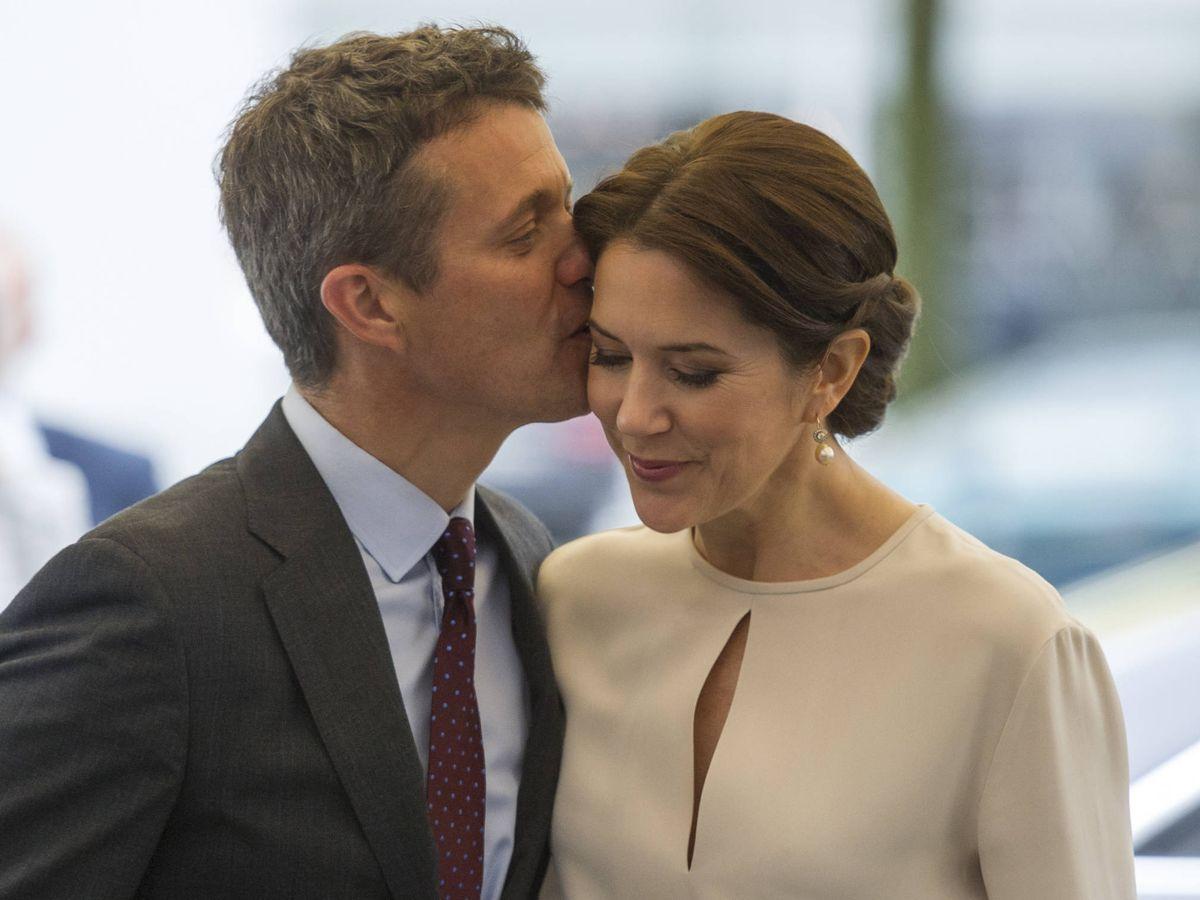 Foto: Federico de Dinamarca besa cariñosamente a su esposa Mary en una visita oficial a Múnich, Alemania. (Getty)
