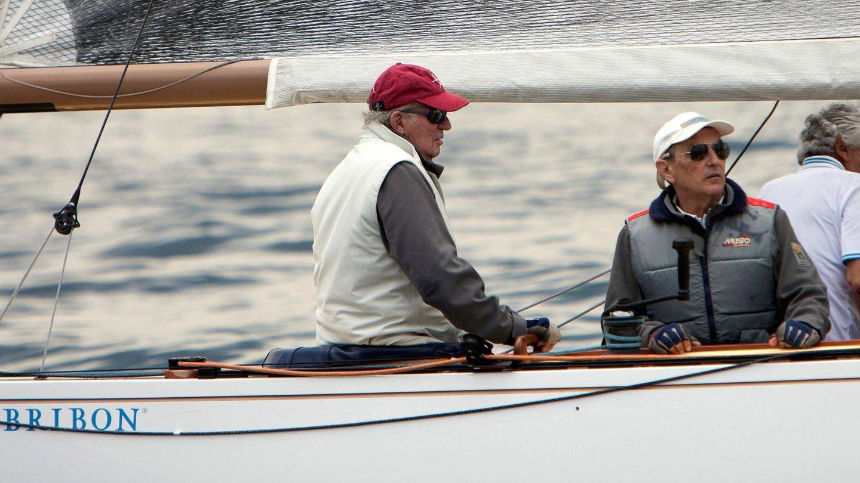 Don Juan Carlos y Pedro Campos a bordo del Bribón en una imagen de archivo. (EFE)