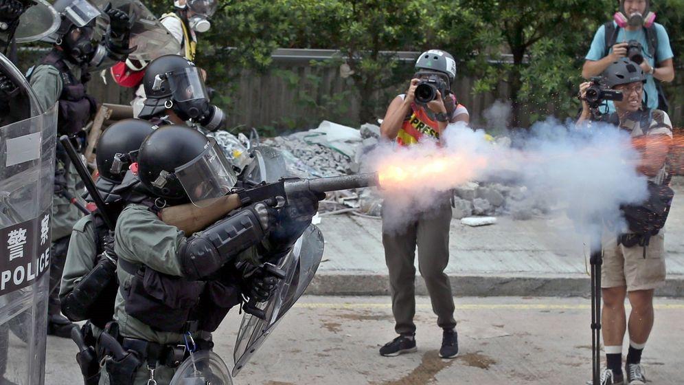 Foto: La policía antidisturbios dispara gases lacrimógenos durante una manifestación en Hong Kong. (EFE)
