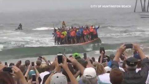 De récord: 66 surfistas en la misma tabla