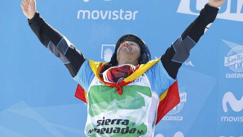 Foto: Eguibar celebra su medalla de plata en el podio de Sierra Nevada (Paul Hanna/Reuters)