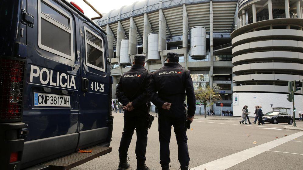 Foto: Dos agentes de la policía nacional durante un servicio en la capital madrileña. (EFE)