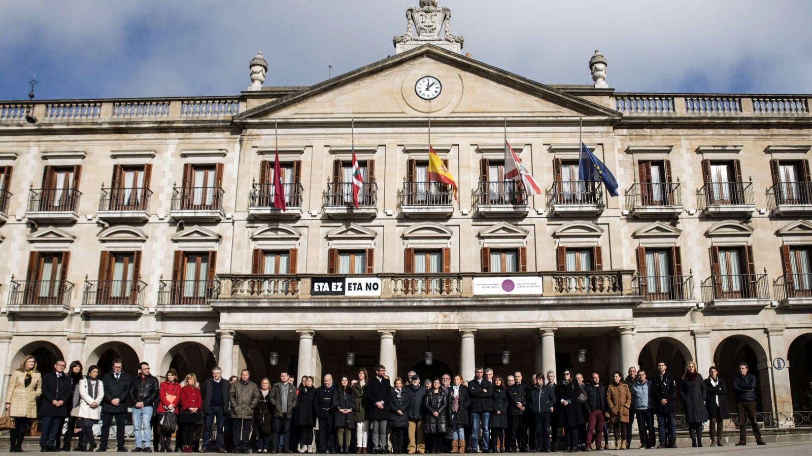 Foto: Foto de archivo del Ayuntamiento de Vitoria con el cartel 'ETA no'. (EFE)