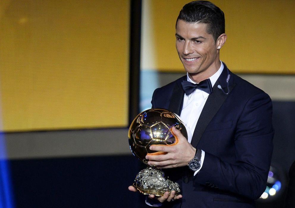 Foto: Cristiano Ronaldo posa con su tercer Balón de Oro (Efe).