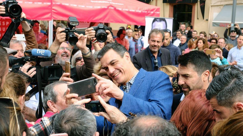 Foto: El presidente de Gobierno y candidato del PSOE a la reelección, Pedro Sánchez (c), se fotografía con simpatizantes durante un paseo electoral por Ibiza. (EFE)