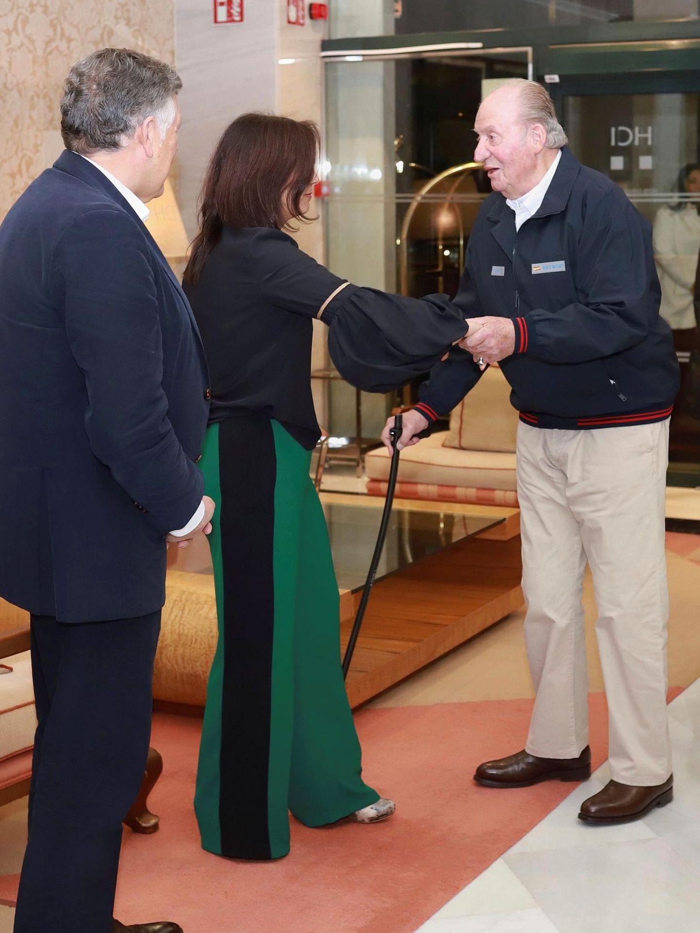 El rey Juan Carlos saluda al alcalde de Sanxenxo, Telmo Martín, y a la mujer de este, a su llegada a la cena con el presidente de la Xunta de Galicia, Alberto Núñez Feijóo, en Sanxenxo. (EFE)