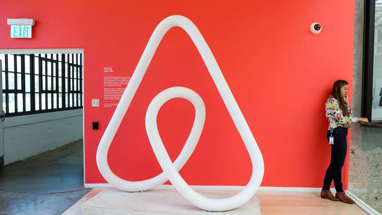 Una mujer habla por teléfono en la sede central de Airbnb en San Francisco, en agosto de 2016. (Reuters)