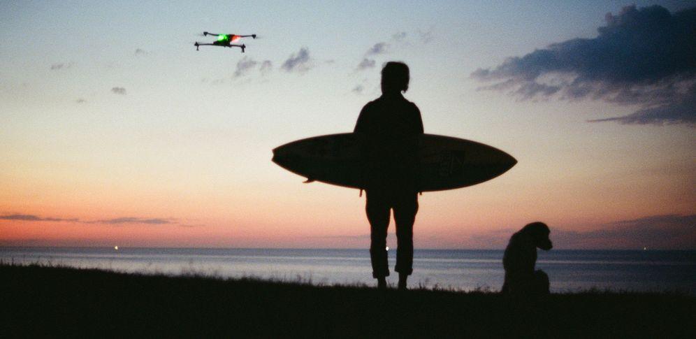 Foto: Imagen de Kepa Acero junto al dron que le acompañará por diferentes rincones del planeta durante 2016 (kepaacero.com)