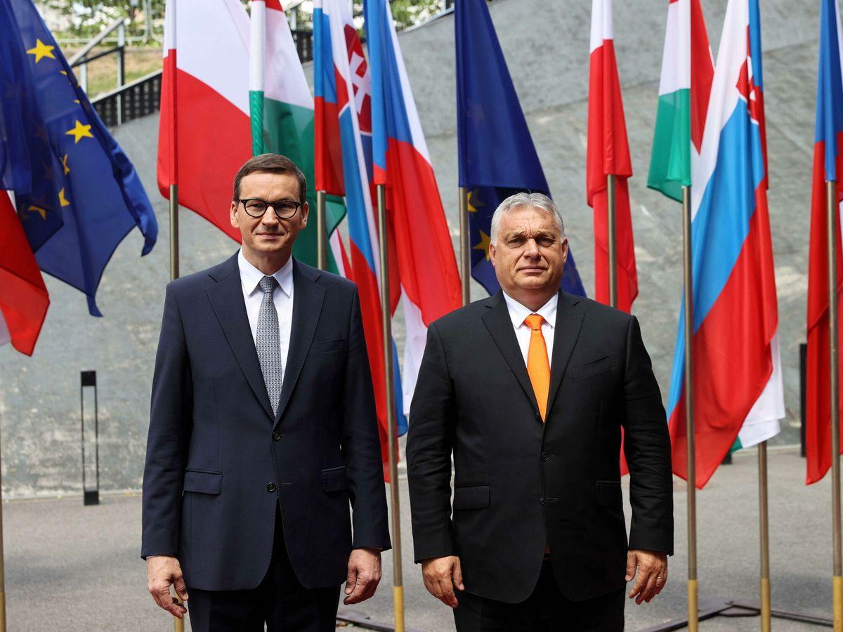 Foto: El primer ministro polaco, Mateusz Morawiecki (izq.) junto a su homólogo húngaro, Viktor Orban (der.), durante una reunión del Grupo de Visigrado en Katowice, Polonia. (EFE)