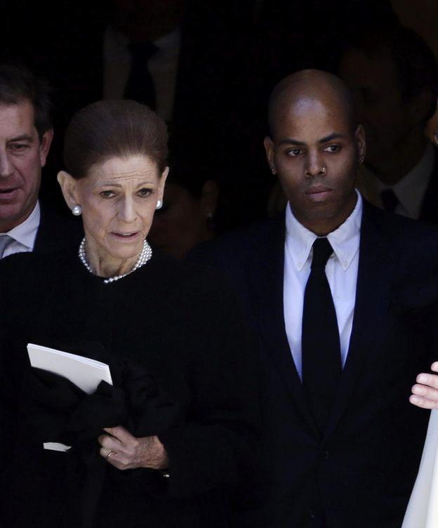 Foto: La viuda del diseñador y Moisés durante el funeral en Nueva York (Efe)