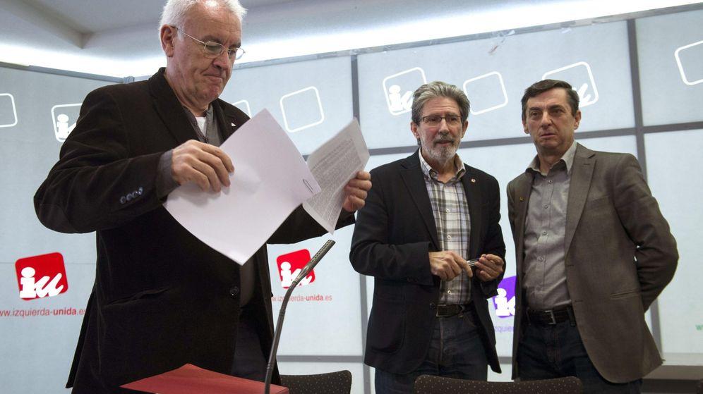 Foto: Cayo Lara, con Adolfo Barrena y José Luis Centella, el pasado 29 de marzo en la reunión de la Presidencia Federal de IU (Efe).
