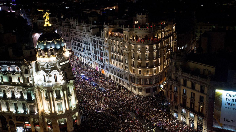 Vista general tomada desde la azotea del Círculo de Bellas Artes de la marcha del pasado 8 de marzo en Madrid. (EFE)