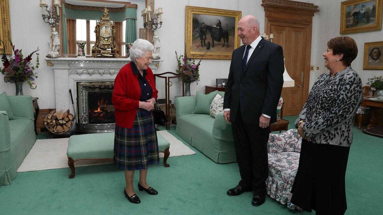 La reina Isabel II dando audiencia en Balmoral. (Getty)
