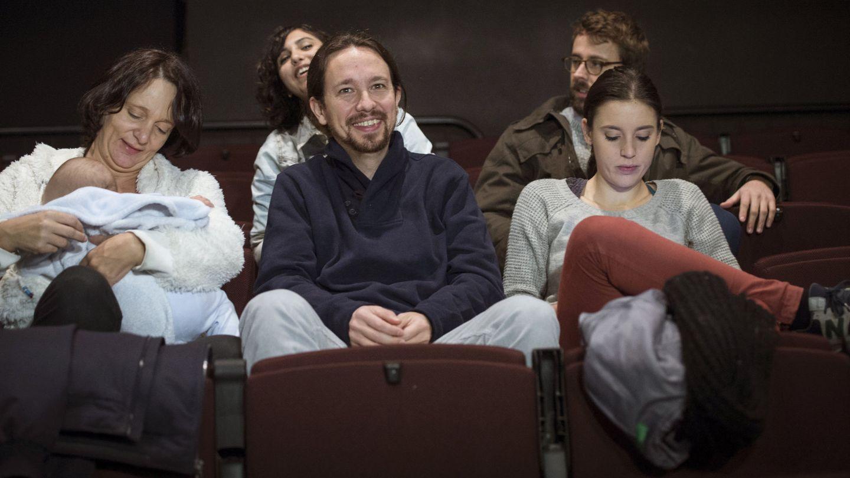 Dina Bousselham, un asiento por detrás de Pablo Iglesias, en 2015. (EFE)