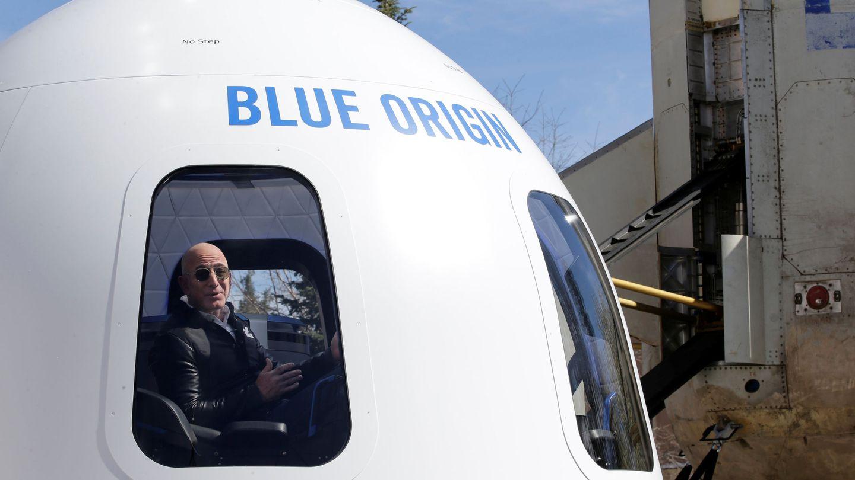 Bezos con uno de sus cohetes espaciales. (REUTERS)