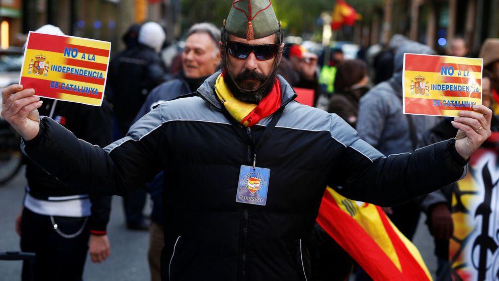Unas 300 personas protegen la sede de la CUP ante una concentración fascista