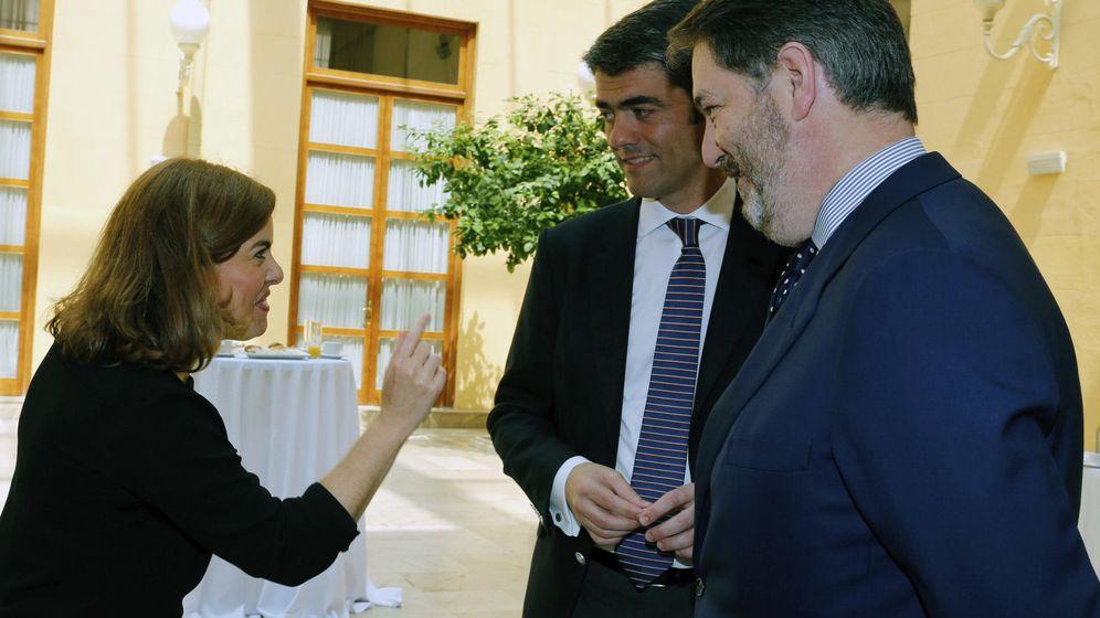 Foto: La vicepresidenta del Gobierno, Soraya Sáenz de Santamaría, con Luis Enríquez y Bieito Rubido, en un acto de Vocento. (EFE)