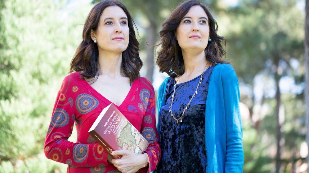 Foto: Las profesoras, divulgadoras y escritoras Laura y María Lara Martínez.
