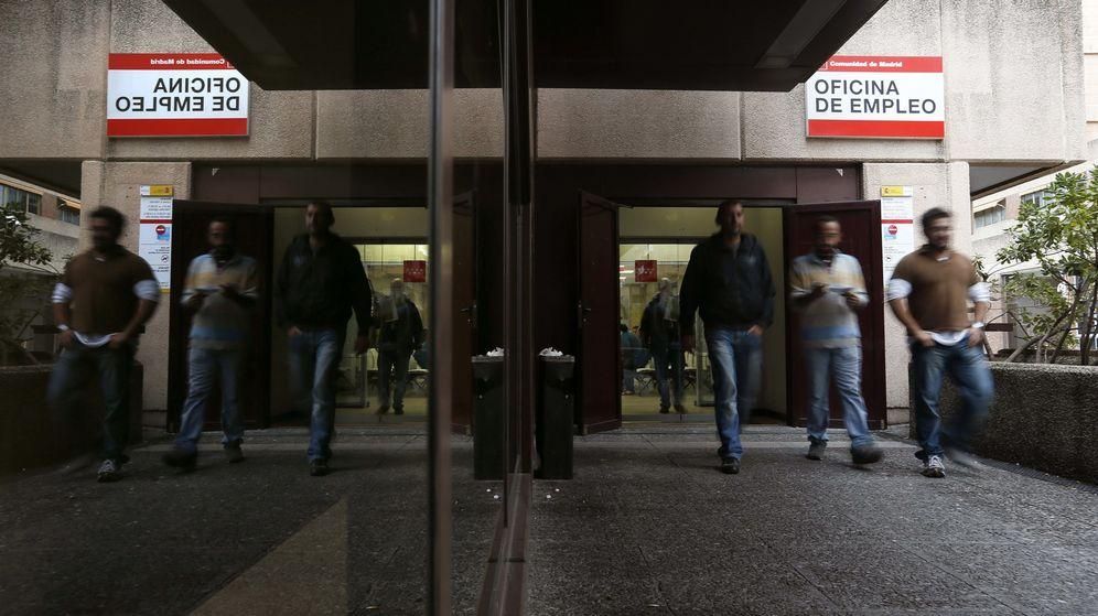 Foto: Varias personas salen de una oficina de empleo en Madrid. (EFE)