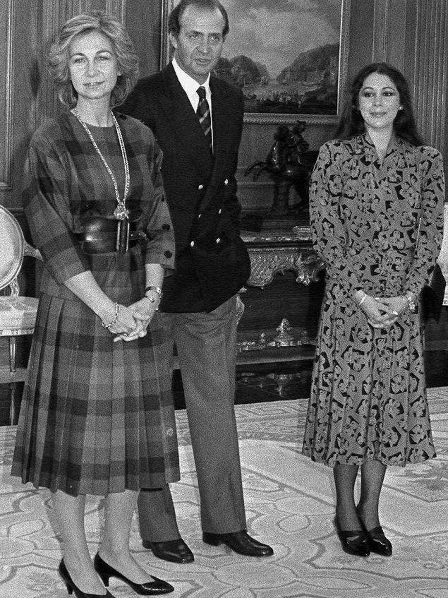 Los reyes Juan Carlos y Sofía, con la tonadillera, en el Palacio de la Zarzuela. (EFE)