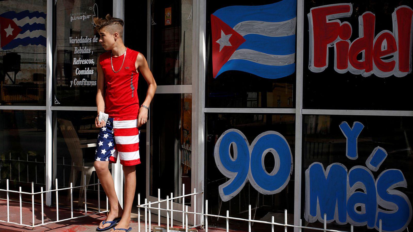 Foto: Un joven con unos pantalones con la bandera estadounidense sale de un restaurante en La Habana, en agosto de 2016 (Reuters)