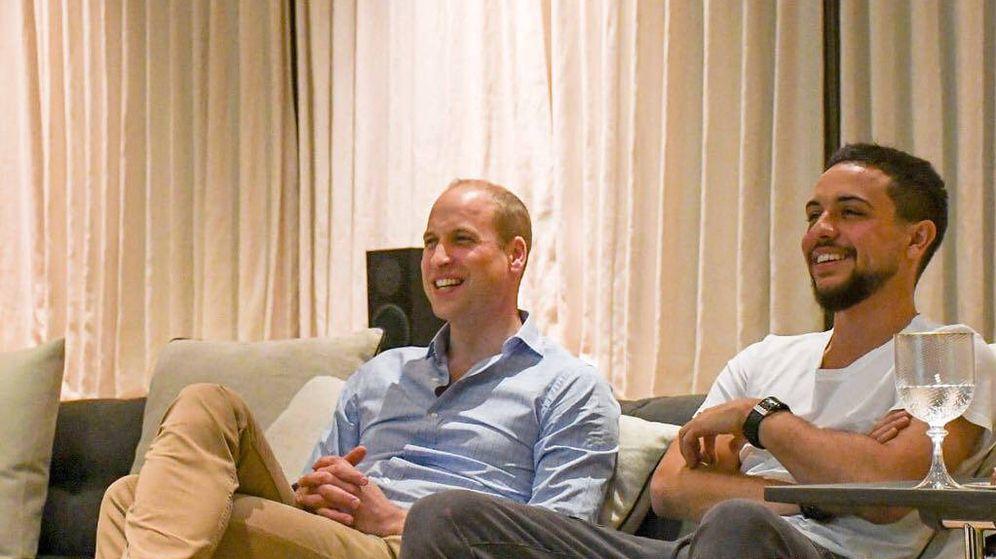 Foto: El príncipe William y el príncipe Hussein de Jordania, viendo el fútbol. (Kensington Palace)