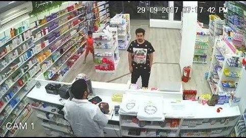 Un niño roba dinero de una caja registradora y sale con la cabeza bien alta
