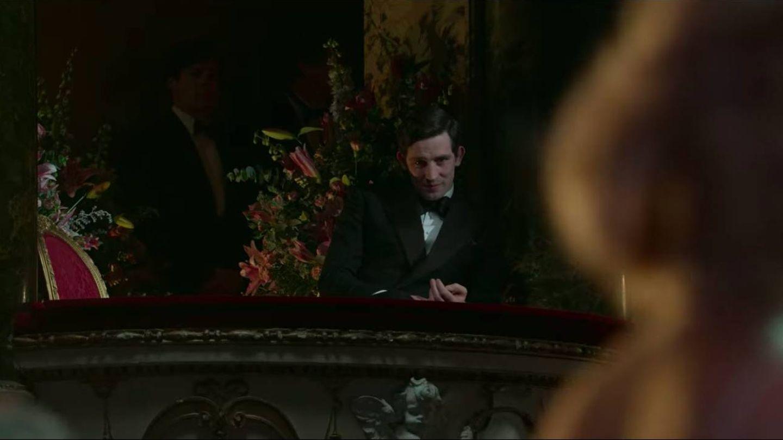 El personaje que interpreta al príncipe Carlos, viendo la actuación de Diana. (Netflix)