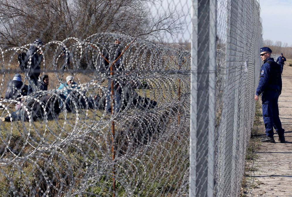 Foto: Migrantes, ante un agente de policía cerca del pueblo de Morahalom, Hungría, en la frontera con Serbia, en febrero de 2016. (Reuters)