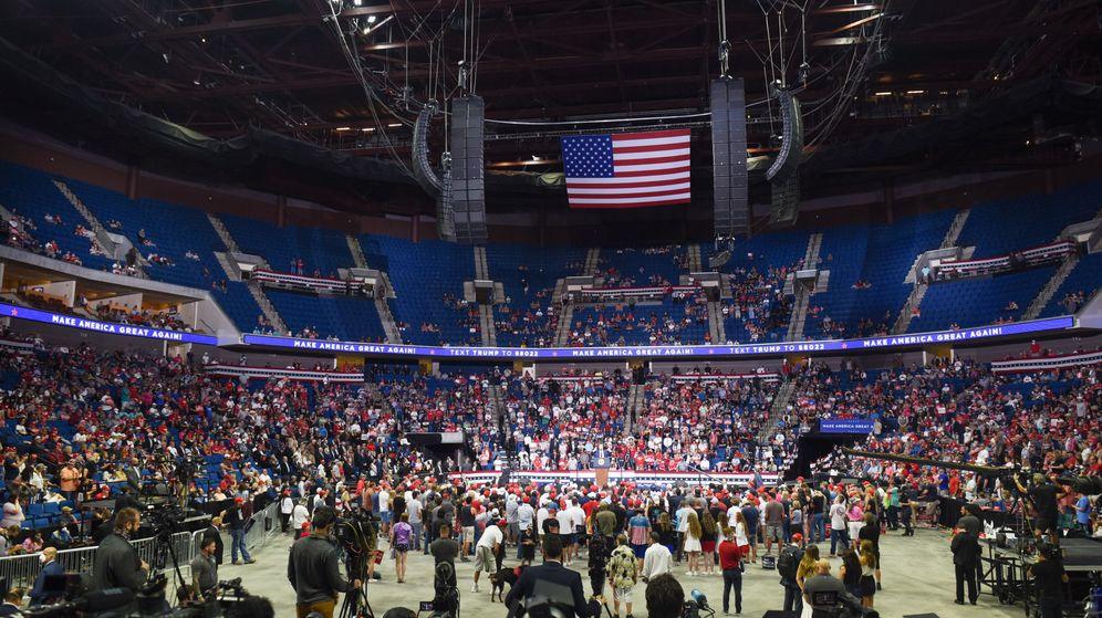 Foto: El pabellón de Tulsa apenas registró un tercio de su aforo durante el mitin de Donald Trump (EFE EPA/Albert Halim)