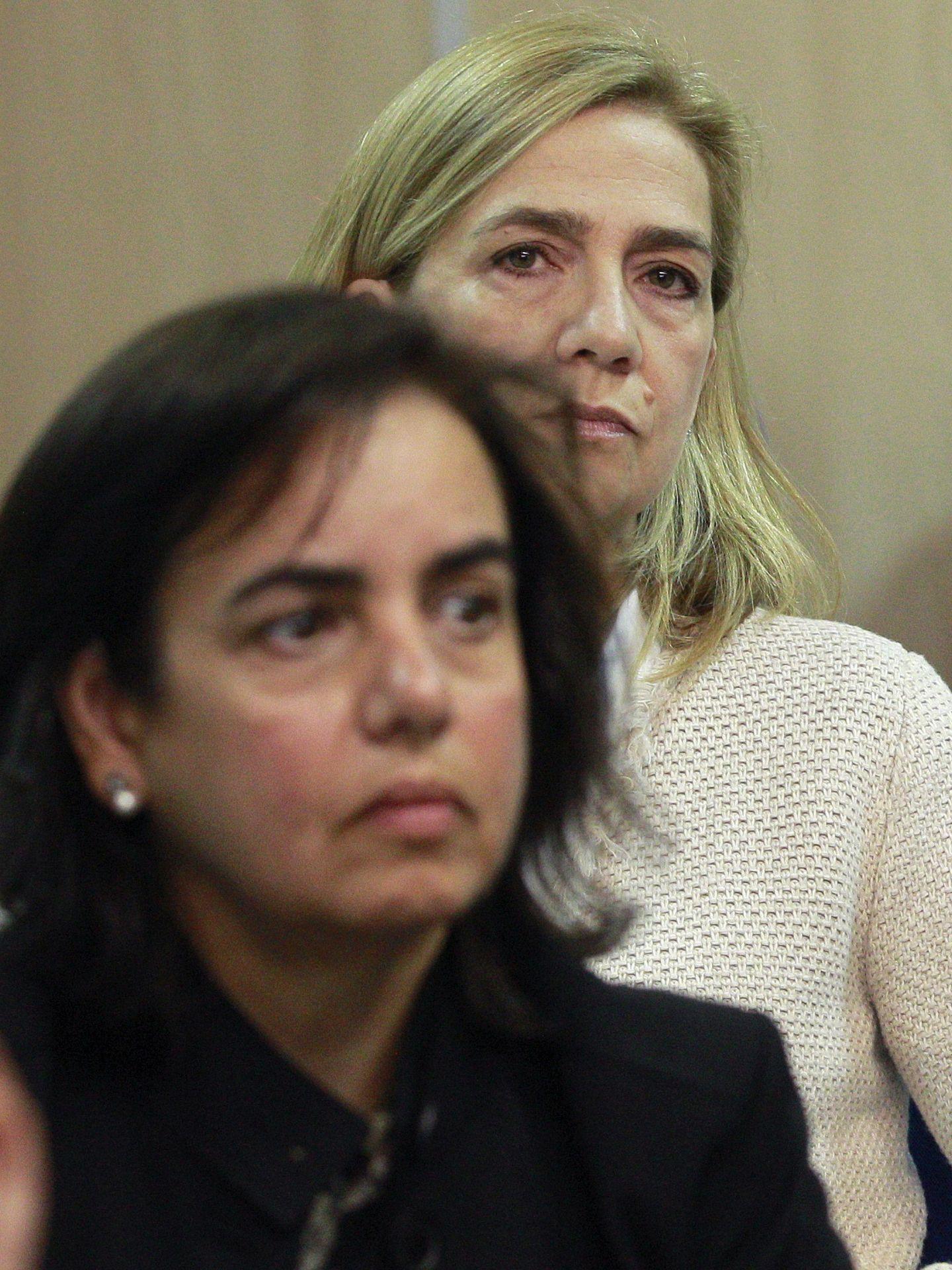 La infanta Cristina y Ana Tejeiro asisten sentadas una delante de la otra al juicio por el caso Nóos. (EFE)