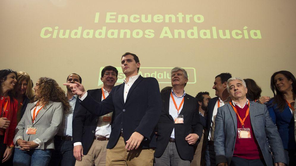 Foto: Albert Rivera, con militantes del partido tras clausurar el I Encuentro de Ciudadanos en Andalucía, este 2 de abril en un hotel en Málaga. (EFE)