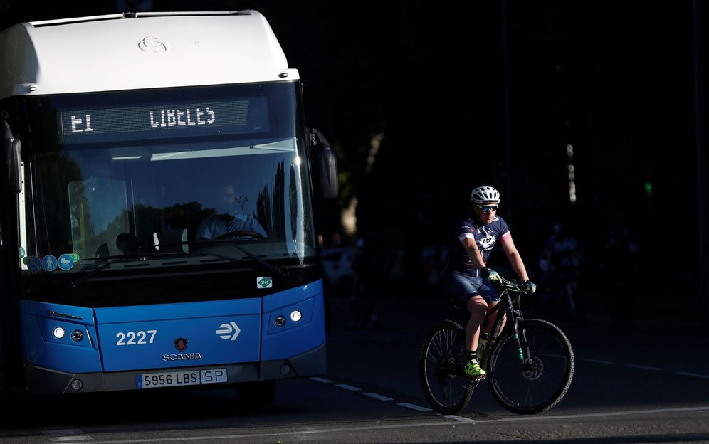 Foto: Un joven monta en bici hoy martes en el madrileño Paseo del Prado. (EFE)