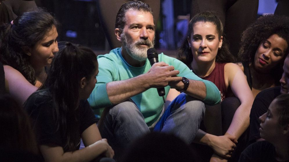 Foto: Antonio Banderas, en una reciente visita al espacio de jóvenes artistas que lleva su nombre en la escuela de teatro Esaem de Málaga. (Cordon Press)