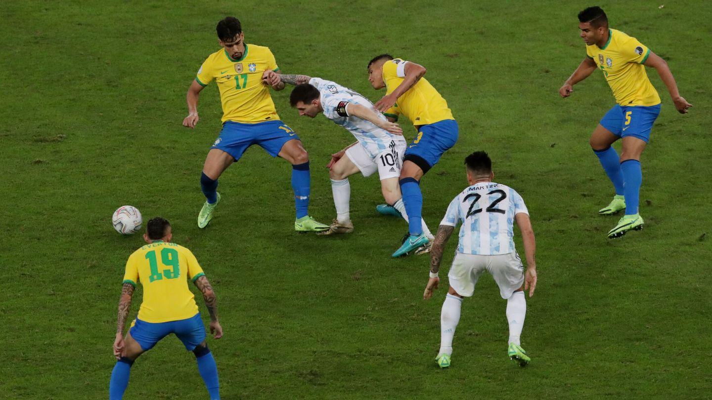 Messi trata de escapar de un enjambre brasileño. (Reuters)