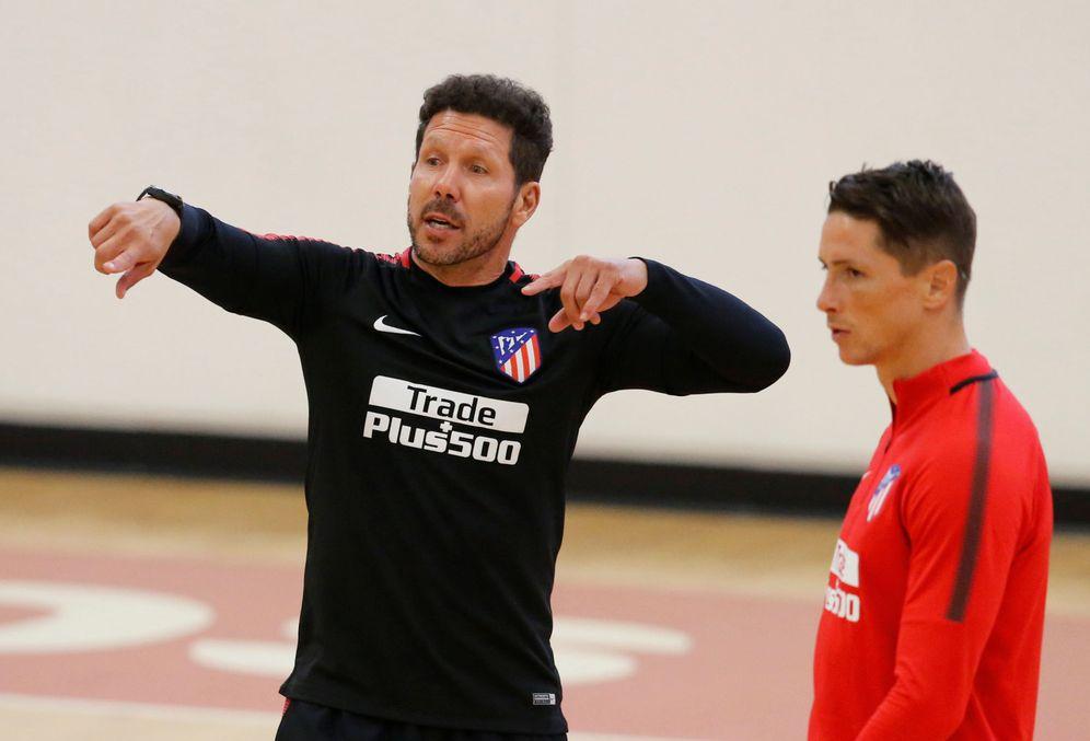 Foto: En la imagen, Simeone y Fernando Torres. (Reuters)