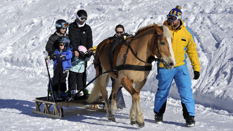 Los príncipes daneses, esquiando junto a sus hijos. (Getty)