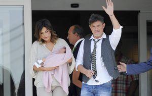 Raquel Perera y Alejandro Sanz presentan a su hija Alma
