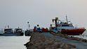 Un centenar de tunecinos tratan de asaltar un ferry para llegar a Italia