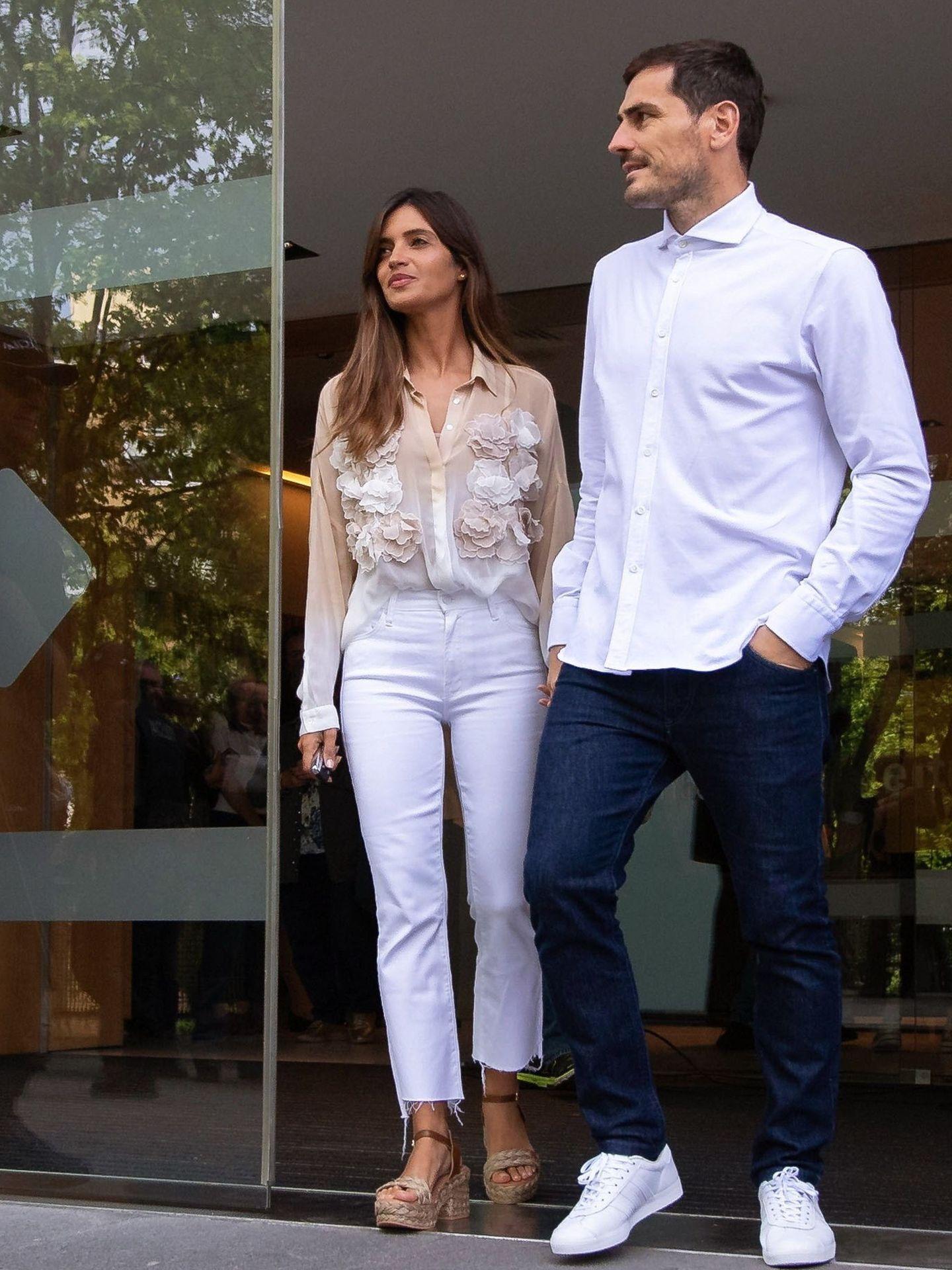Sara Carbonero e Iker Casillas, saliendo del hospital de Porto donde el portero se recuperó de un infarto. (Reuters)