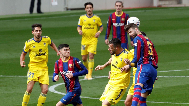 Gerard Piqué mantuvo una pugna preciosa con Álvaro Negredo en cada balón directo. (Efe)