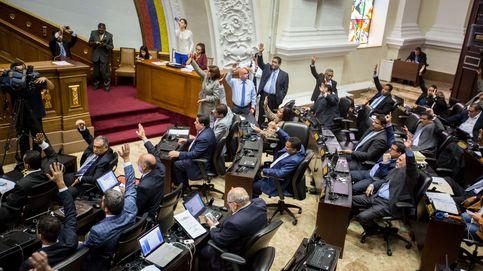 Parlamentario chavista pierde el control y lanza el micrófono a un opositor