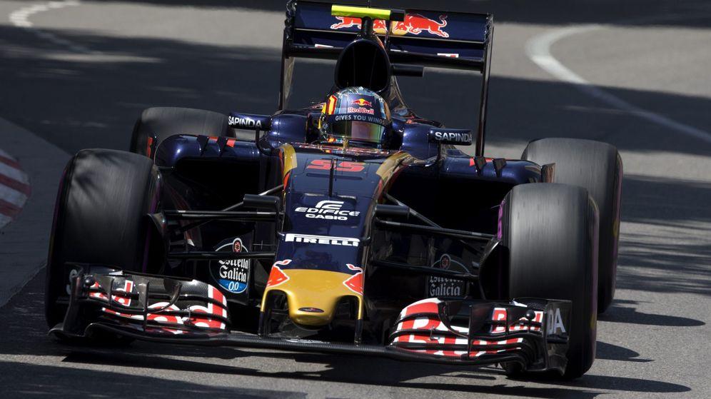 Foto: El Toro Rosso de Carlos Sainz sobre la pista de Mónaco.