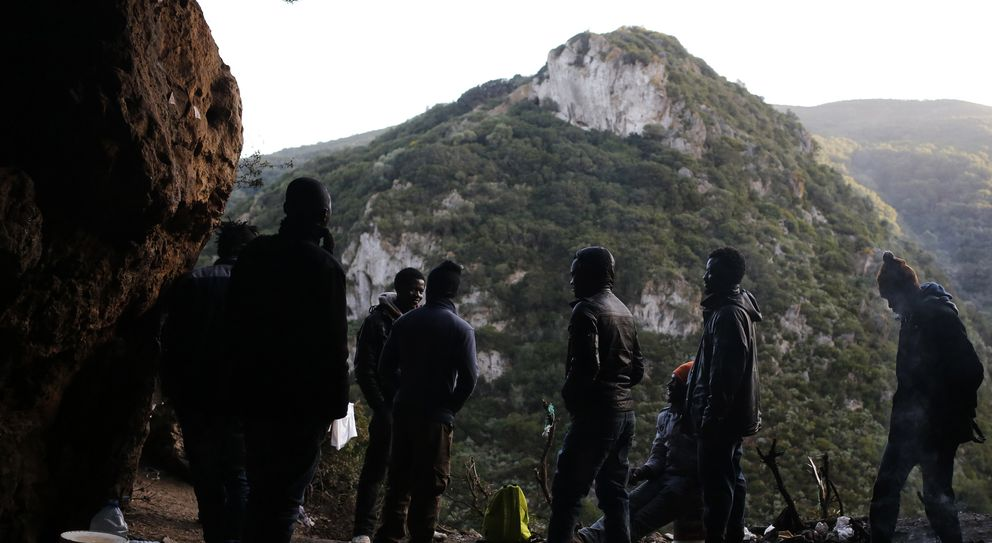 Un grupo de subsaharianos se esconde en una montaña cercana a Ceuta (Reuters).