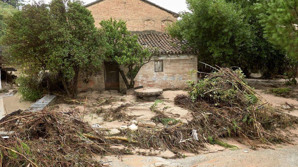 Foto: Una casa de campo afectada por el desboramiento del Clariano en Ontinyent. (EFE)