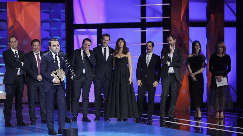 Foto: El equipo de 'La trinchera infinita' recoge el Premio Forqué a Mejor Película. (Efe)