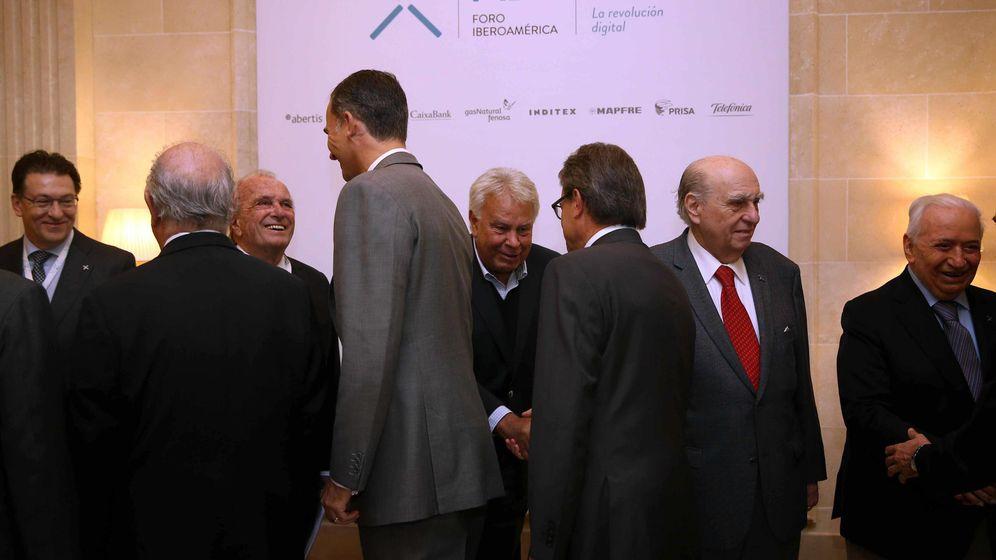 Foto: El Rey Felipe VI, acompañado por el presidente de la Generalitat, Artur Mas (3d, de espaldas), saludan a los participantes al Foro Iberoamérica. (EFE)