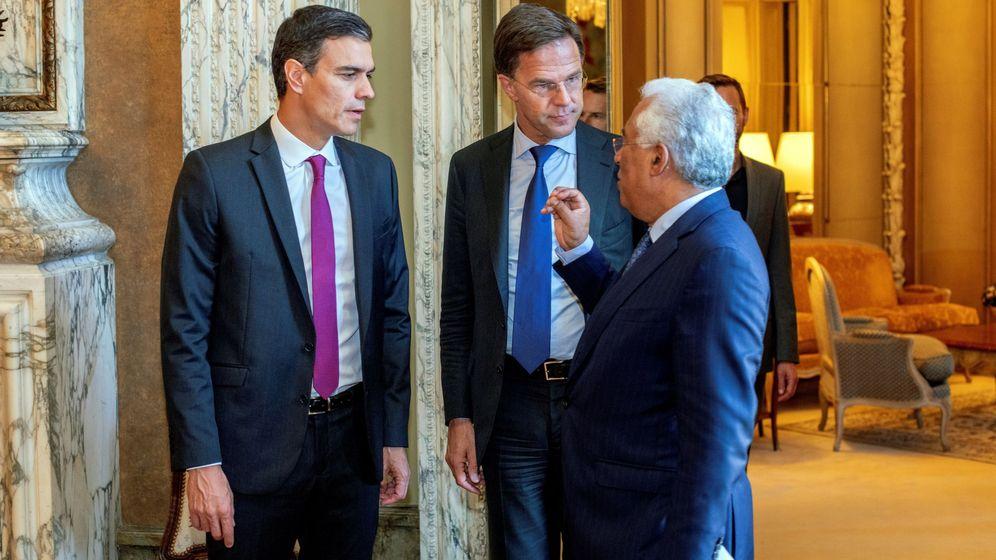 Foto: Pedro Sánchez junto a Antonio Costa, el primer ministro portugués, y Mark Rutte, primer ministro neerlandés. (EFE)