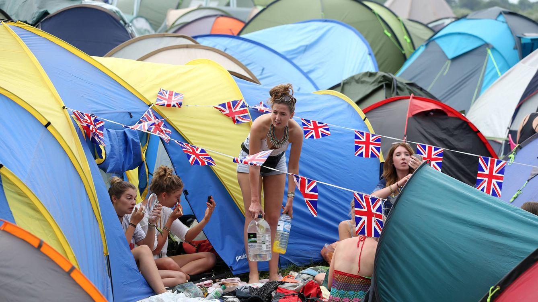 Foto: Un grupo de chicas se arregla en sus tiendas de campaña durante el festival de Glastonbury de 2014. (Reuters)